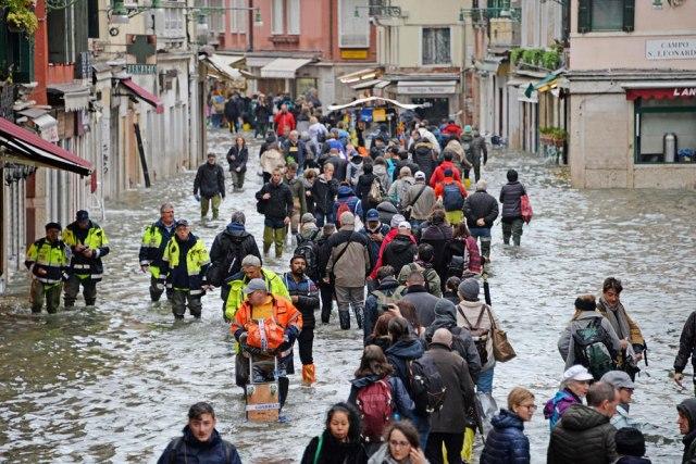 Venecija: 70 odsto grada poplavljeno, plima metar i po, ali najgore tek sledi VIDEO