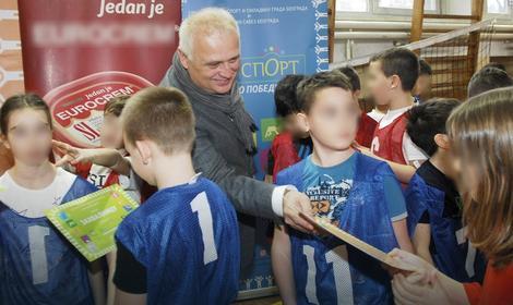Vesić: Nastavnici fizičkog će držati besplatne škole sportova za decu