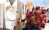 Vesić uručio poklone ženama koje rade na vakcinalnom punktu FOTO
