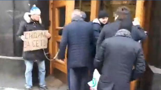 Vezao se lancem za vrata u sedištu FSB u Moskvi