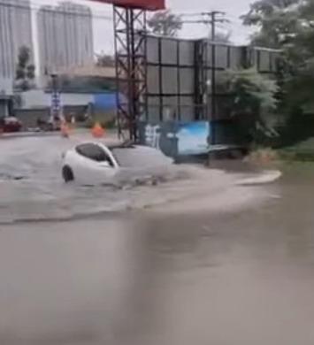 Video iz Kine: Tesla Model 3 vožnja kroz vodu