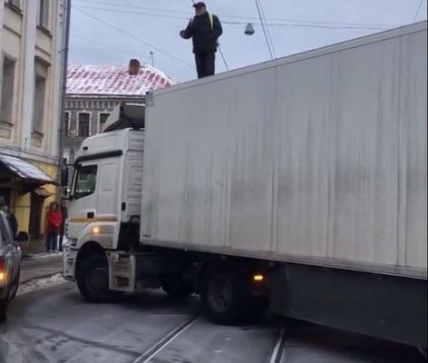 Video iz Moskve: Šleperom blokirao prometnu ulicu jer mu je kasnila plata
