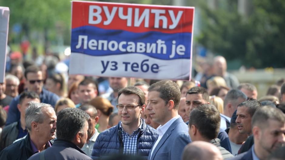 Vijore se trobojke: Stigli Srbi sa Kosova (VIDEO)