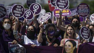 Više od 1.000 žena demonstriralo u Istanbulu protiv povlačenja Turske iz Istanbulske konvencije
