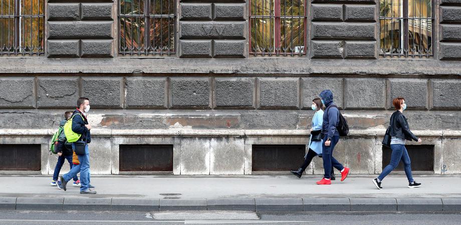 Vlada Srbije: Posle 17 i vikendom rade samo prehrambene prodavnice, apoteke i pumpe