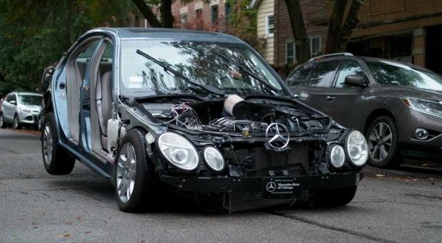 Vlasnik Mercedesa E klase odlučio da proveri šta će se desiti ako punom brzinom naleti na ležeće policajce