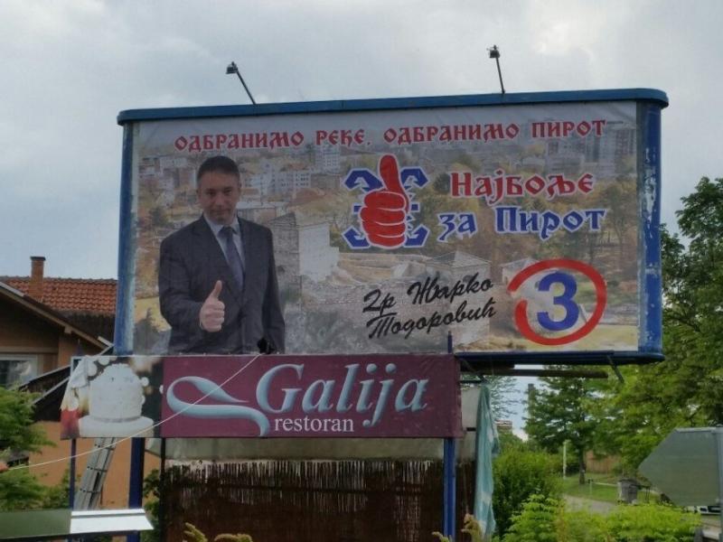 Vlast ruši bilbord sa plakatom opozicije u Pirotu