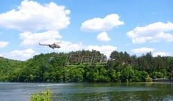 Vojni helikopteri polivaju vodom teren oko fabrike Sloboda