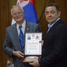 Vojni penzioneri dodelili najviše priznanje ministru Vulinu (FOTO)