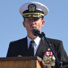 Vojska je uz ovacije ispratila voljenog kapetana: Hteo da zaštiti mornare od korone, UMESTO TOGA JE SMENJEN (VIDEO)