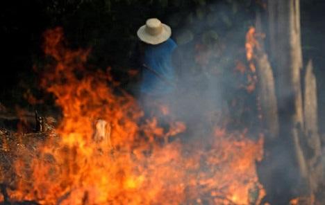Vojska konačno stigla u Amazoniju, avioni počeli s gašenjem ogromnog požara
