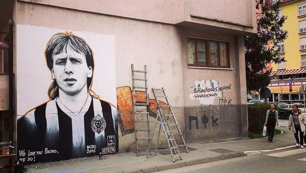 """""""Volimo te Bajro"""": Mural legendi Partizana Bajru Župiću u centru Brčkog"""