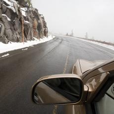 Vozači, oprez za volanom: Vlažni kolovozi, sneg i poledica dosta usporavaju saobraćaj