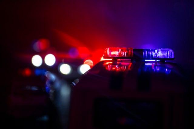 Vozio brzo, bez dozvole i sa isteklom registracijom: Pokušao da pobegne, pa napao policajca
