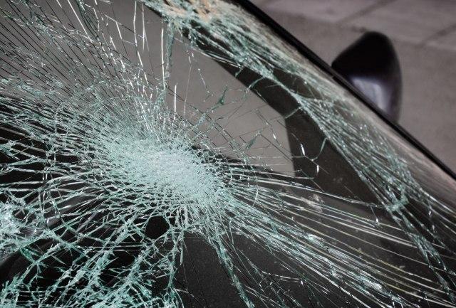 Vrbas: Mladići sa nadvožnjaka bacali kukuruz i betonski blok, oštetili 7 automobila