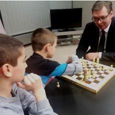 Vučić IGRAO ŠAH sa decom zaposlenih u Misiji Srbije pri Evropskoj uniji! (FOTO)