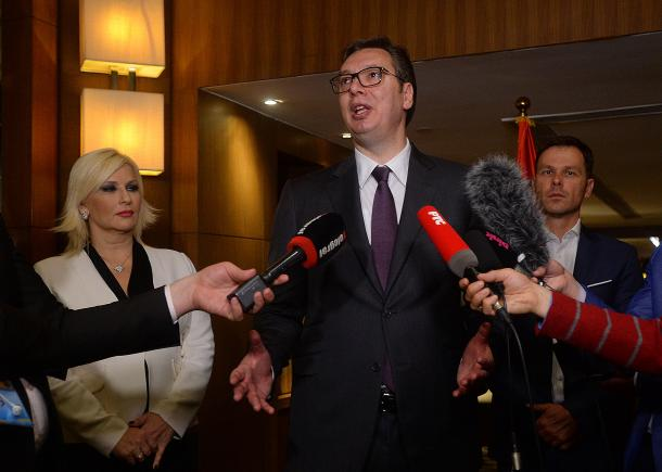 Vučić: Ne razumem, zašto čupaju znakove?