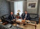 Varheji objavio sliku sa Vučićem, Tviter poludeo zbog knjige o Kosovu i Metohiji FOTO