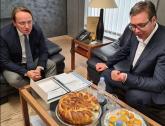 Vučić dočekao Varheljija sa pogačom i projom FOTO