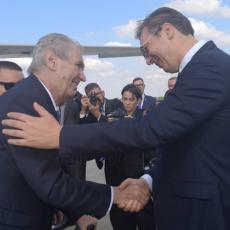 Vučić dočekao Zemana: Crveni tepih i garda na aerodromu Nikola Tesla (FOTO)