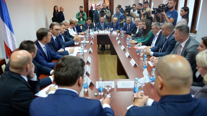 Vučić se sastao sa načelnicima zapdnokrajških opština (FOTO)