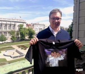 Vučić se zahvalio na još jednoj majici koju je dobio