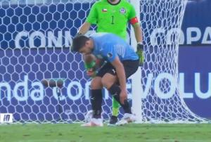 ZA NJEGA FER-PLEJ NE POSTOJI: 'Namazani' Suarez ponovo u centru pažnje, ovog puta je izmislio novi način za 'krađu' vremena! (VIDEO)