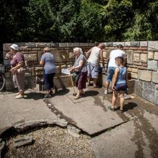 ZA PIĆE VODA SA PET IZVORA: Ekspertski timovi u Beogradu analizirali uzorke sa 32 javne česme