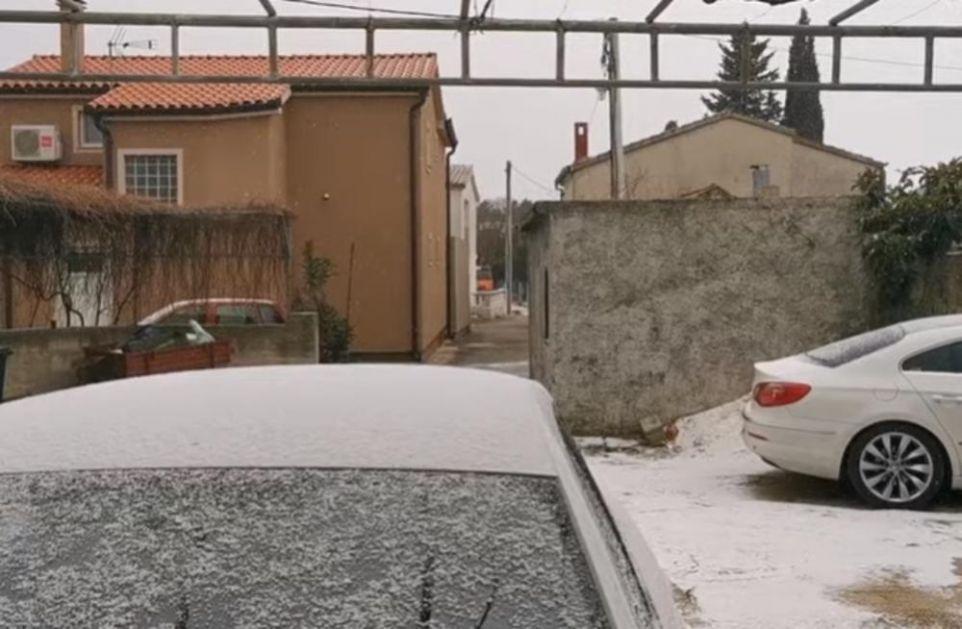 ZABELELA SE DALMACIJA: Sneg pada na obali i na ostrvima! Temperature oko nule! (VIDEO)