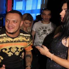 ZAKLJUČAVALI SU NAS I BILI LOŠI PREMA NAMA Gastoz uhvaćen u ZAGRLJAJU osuđivane srpske starlete