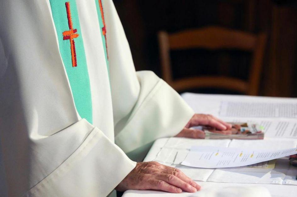 ZALJUBLJENI SVEŠTENIK NIJE IZNENADIO VERNIKE U ITALIJI: Rekao da napušta službu, sada čeka samo papinu dozvolu! VIDEO