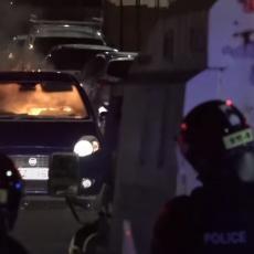ZAPALJENIM AUTOMOBILOM NA POLICIJSKI KORDON: Ne smiruje se situacija u Belfastu, haos na ulicama (FOTO/VIDEO)