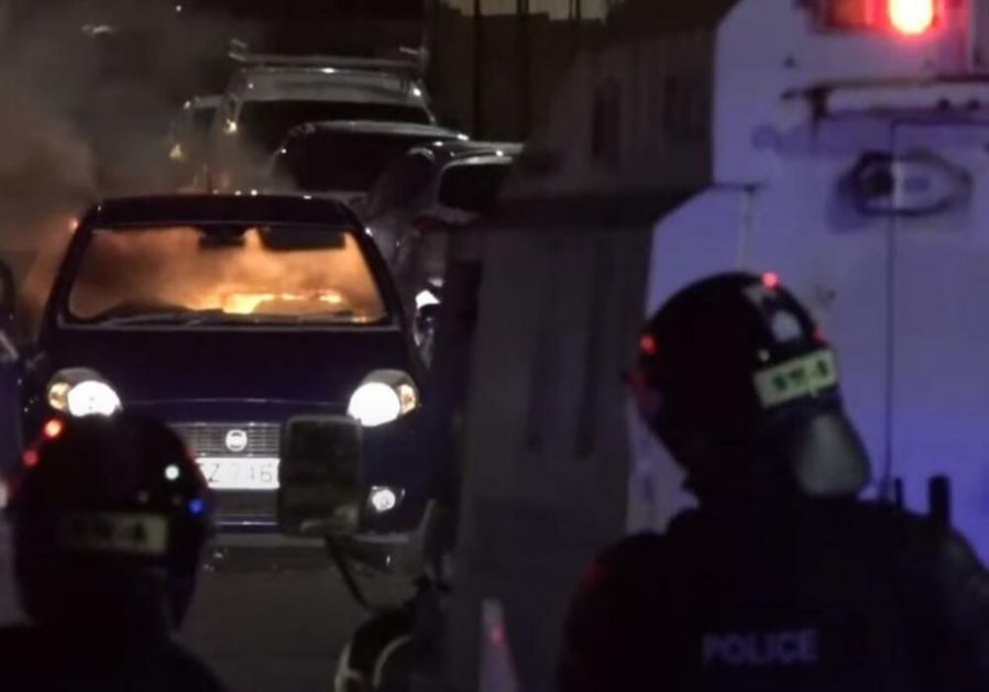 ZAPALJENIM AUTOMOBILOM NA POLICIJSKI KORDON: Nema naznaka smirivanja nemira u Belfastu VIDEO
