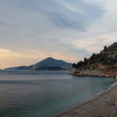 ZARATILI PRIŠTINA I MILO: Hoće da otmu plažu Kamenovo Crnogorcima, sve stiglo do Strazbura (FOTO)