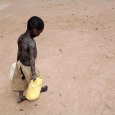 ZAŠTO IZGLADNELA DECA U AFRICI IMAJU NADUTE STOMAKE? Razlog je veoma tužan!