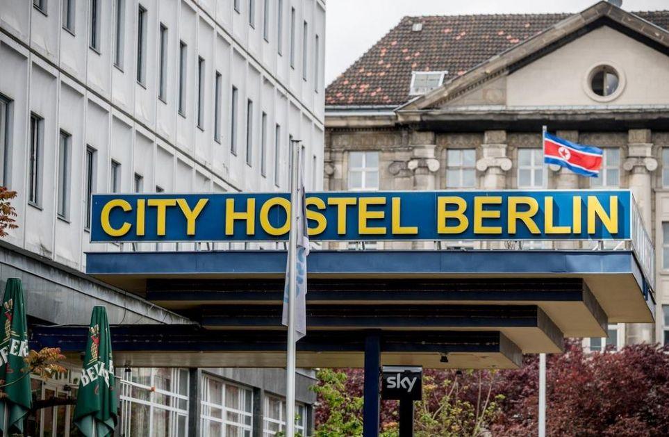 ZBOG NJEGA NEMAČKA HOĆE DA SE POJEDE ŽIVA: Kimov hostel u srcu Berlina trn u oku vlastima, ali niko mu ništa ne može!