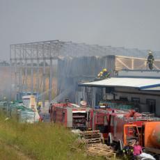 ZBRINUTI POVREĐENI RADNICI Ugašen požar u fabrici TOALET PAPIRA u Surčinu (FOTO)