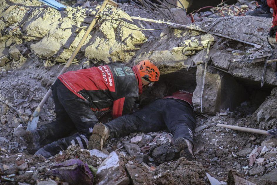 ZEMLJOTRES U TURSKOJ UBIO 31 ČOVEKA: Povređeno više od 1.600 ljudi (FOTO, VIDEO)