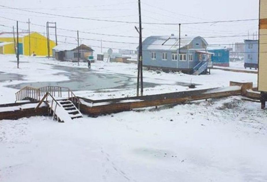 ZIMA U JUNU! Sneg iznenadio meštane ruskog gradića na krajnjem istoku zemlje (VIDEO)