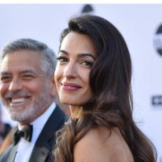 ZIMSKI MODNI HIT: Amal Kluni nosi suknju koja će se svideti svakoj devojci! (FOTO)