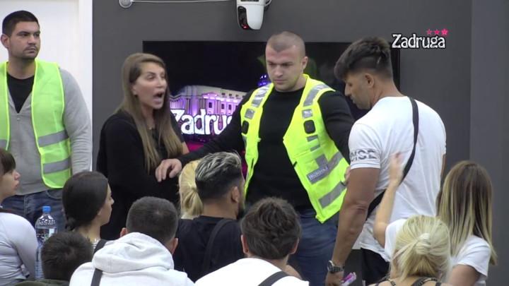 ŽIVIŠ U KARTONSKOJ KUTIJI! Dalila i Dejan ne biraju način kako da uvrede Sanija i Nataliju, zbog HAOSA ULETELO OBEZBEĐENJE! (VIDEO)