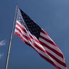 ZNAK SA NEBA! Udar groma POCEPAO AMERIČKU ZASTAVU na pola: Simbolika svega što se dešava u SAD (VIDEO)
