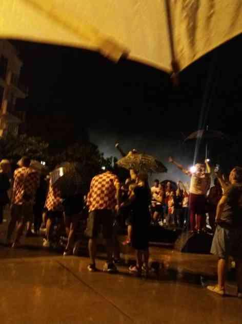 ŽURKA NA PRIMORJU: Hrvati i po kiši slavili istorijski uspeh Vatrenih (KURIR TV)