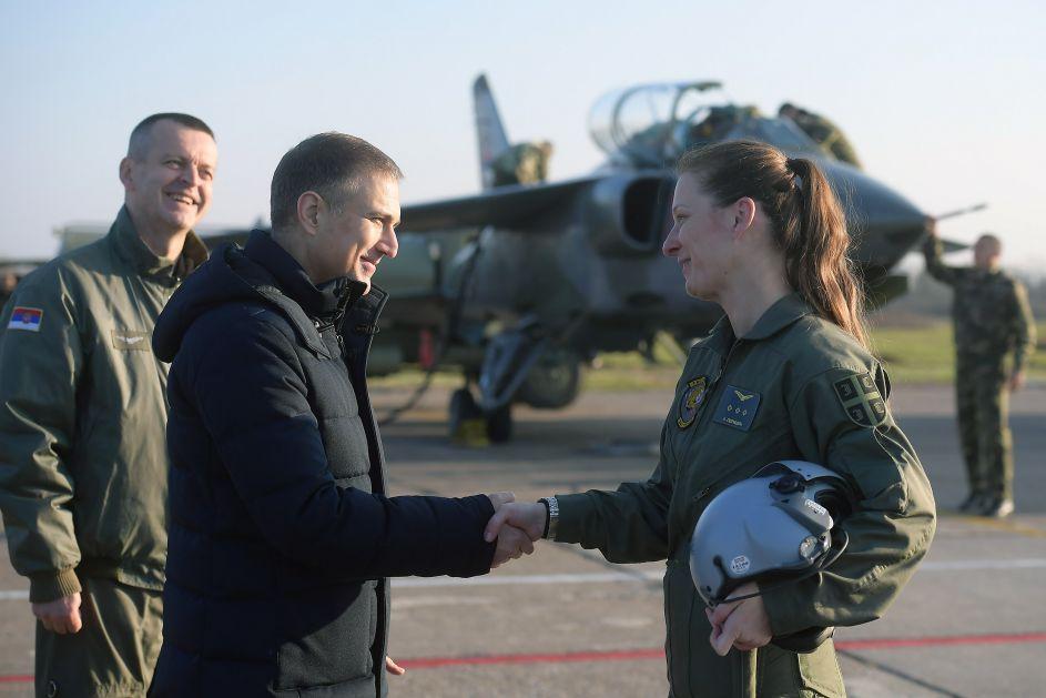 Za neke buduće dane nasilja nad muškarcima: Kapetan Perišić postala prva žena koja je laširala Orla; novom ministru rekli da novi klinci nisu baš zainteresovni za poziv vojnog pilota