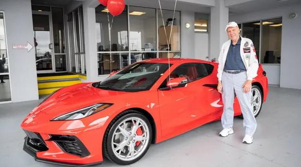 Za svoj 90. rođendan kupio sportski automobil