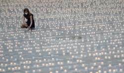 Zamak Hradčani u Pragu obasjalo 30.000 sveća za žrtve kovid-19