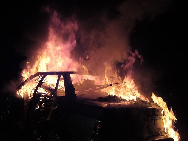 Zapalio automobil kod pumpe na Novom naselju