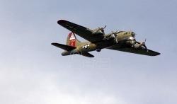 Zapalio se i srušio bombarder iz Drugog svetskog rata, posada preživela