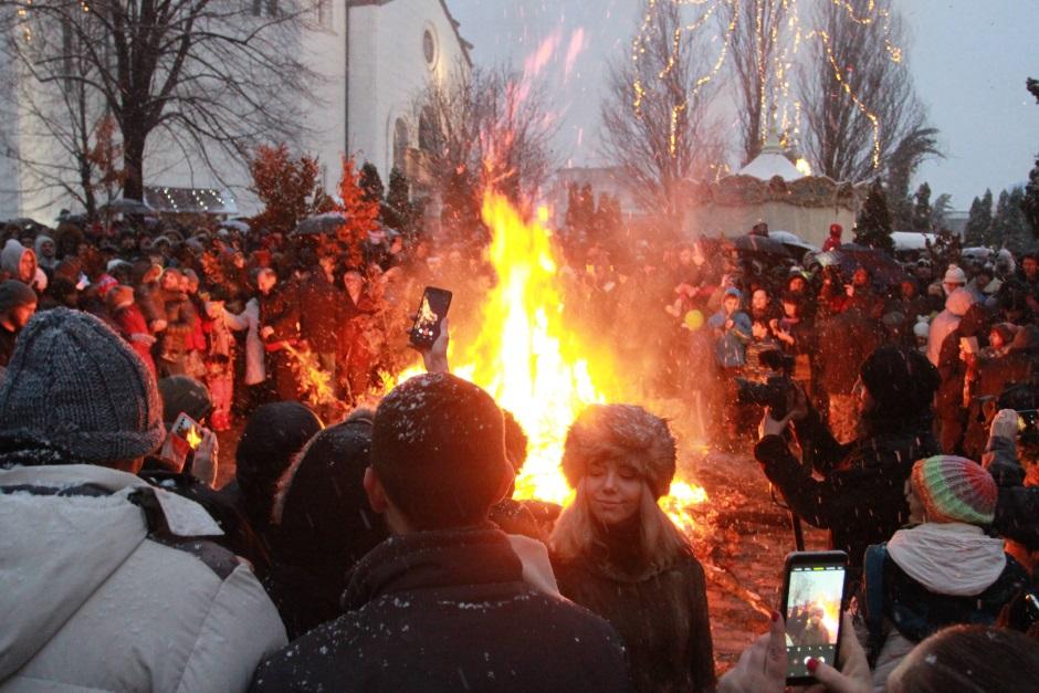 Zapaljen osveštani badnjak pred Hramom svetog Save