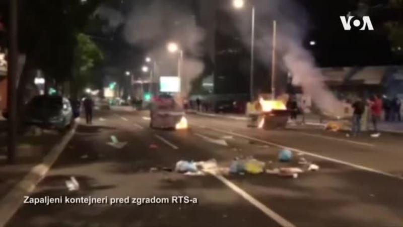 Zapaljeni kontejneri pred zgradom RTS-a